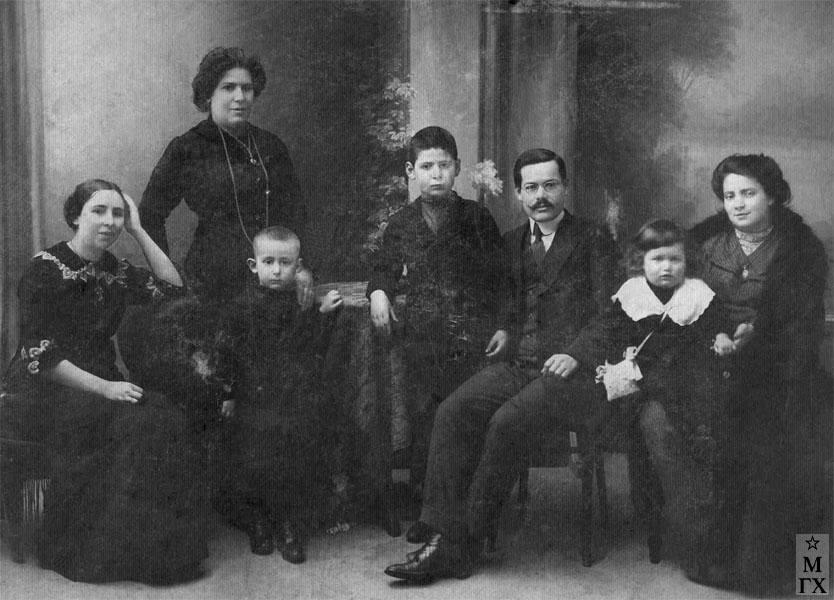 С. Адливанкин (в центре справа) в кругу родных.