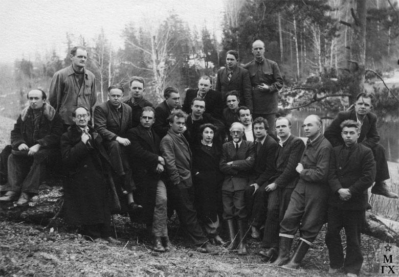 Академическая дача, в центре Л.И. Бродская и Н.Я. Белянин. 1948 г.