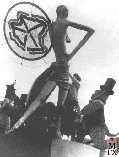 Р. Гейденрейх одевает карнавальную группу «Франция». 1929.
