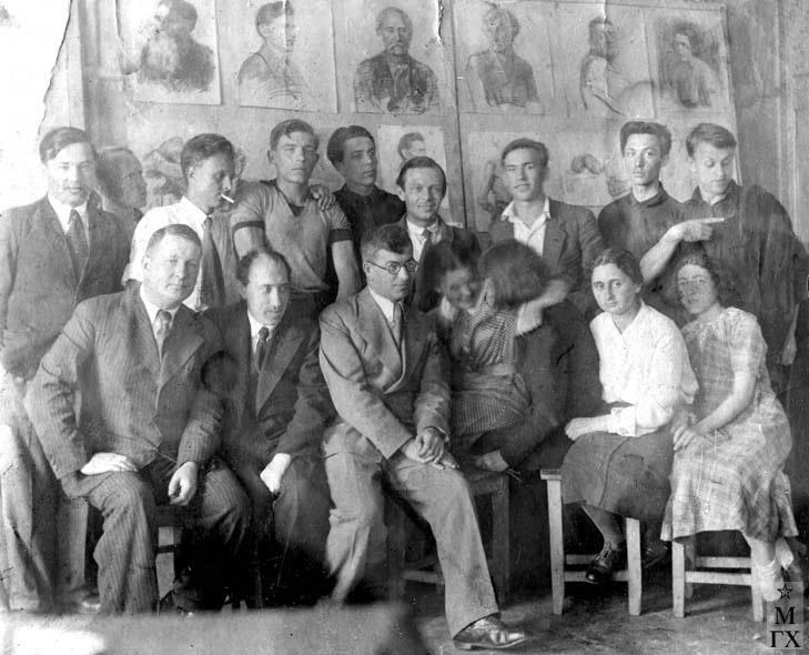 Студенты 'Суриковского', 1938 г. Вверху: ?,?, А.Боков (с папиросой), И. Рубинский, ?, ?, ?, ?, В. Гремитских. Сидят: ?, В.В. Почиталов, ?, ?, ?, В. Муратова, ?.)