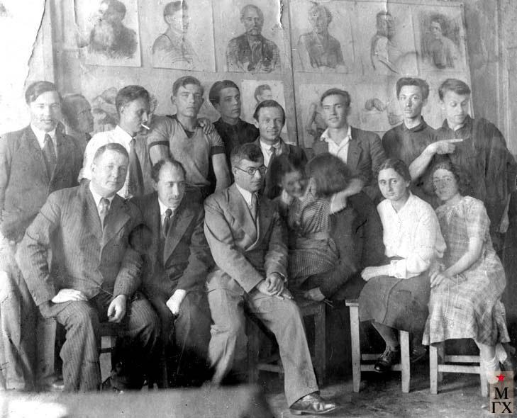 Студенты 'Суриковского', 1938 г. Вверху: ?,?, А.Боков (с папиросой), И. Рубинский, ?, ?, ?, ?, В. Гремитских. Сидят: ?, В.В. Почиталов, ?, ?, ?, В. Муратова, ?.