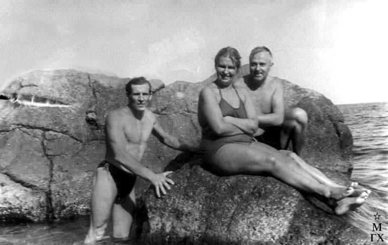 И.П. Рубинский и В.Г. Гремитских с супругой в Гурзуфе на Чеховском пляже 1958 г.