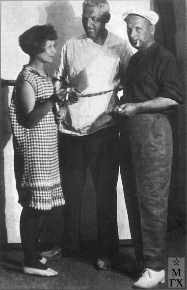 В. Маркова, М. З. Гайдукевич и М. Курзин – члены группы «Мастера Нового Востока». Ташкент. 1930.