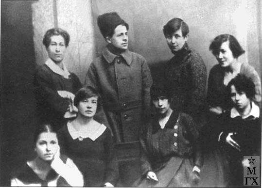 Коммуна №3 1923. Слева направо: сидят - В. Кузнецова, В. Брыксина, В. Ланцетти, Над. Кашина; стоят - С. Чуйков, Ланцетти, А. Кузнецова, М. Луканина.