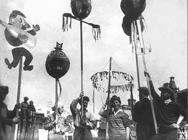 Художники из Учпедгиза и детских изданий на демонстрации. 1931. Слева направо: Е. Афанасьева, И. Кулешов, М. Райская, П. Толкач, Б. Суханов.