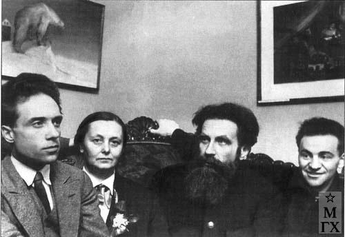На выставке «Советская Арктика и Советский Север в изобразительном искусстве». 1935. Слева направо: В. Беляев, не устан., О. Ю. Шмидт, М. Гуревич.