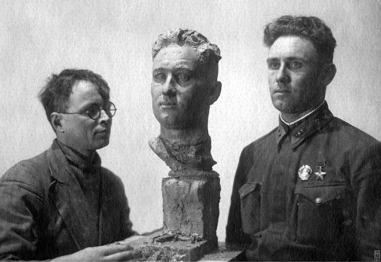 Работа над портретом летчика В. Г. Каменщикова. Московский фронт, 1942.
