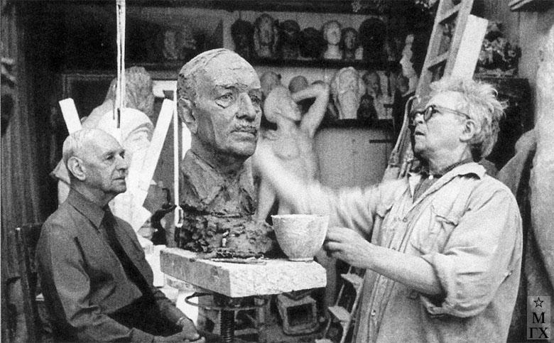 Работа над портретом авиатора и художника К. К. Арцеулова. 1976.