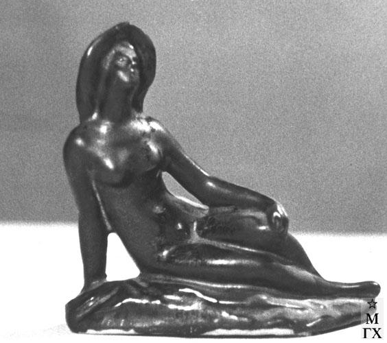 А. И. Григорьев. Сидящая в шляпке. 1970-е. Майолика. В. 16 см.