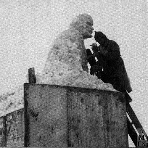 А. И. Григорьев лепит Ленина из снега на Потылихе в Москве. Начало 1930-х гг.