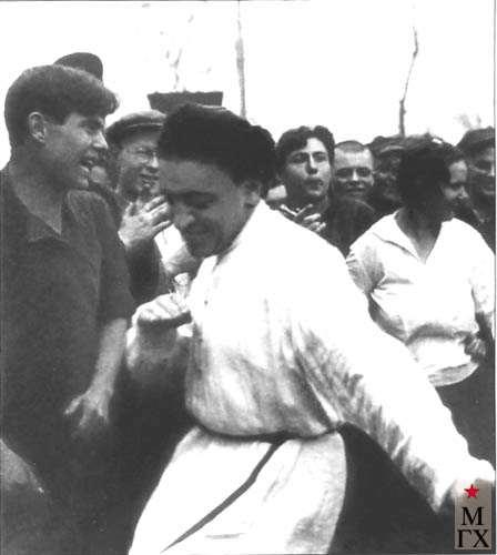 М. Гуревич танцует лезгинку. Конец 1920-х.