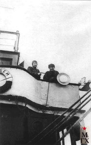 М. Гуревич и член экспедиции на палубе «Персея» перед выходом судна в море. 1933.