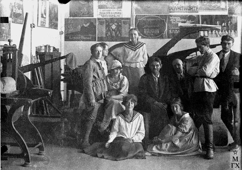 ВХУТЕИН (Вера Кизевальтер сидит в матроске на полу).