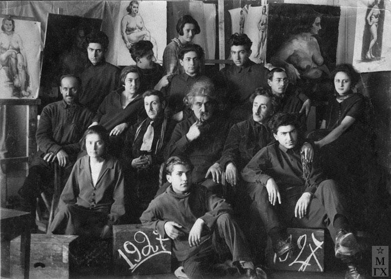Училище 1927 г. Б. Колозян внизу в центре