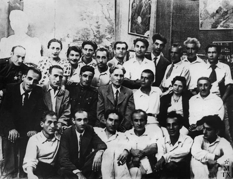 Институт 1945 г. Колозян вверху в ценре