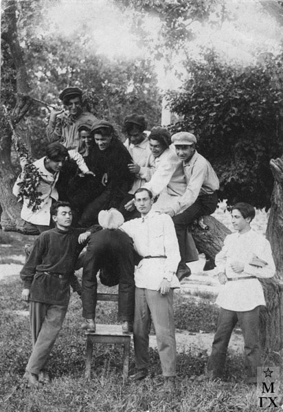 Ереванское худ. училище. 1928 г. Б. Колозян слева (держится за ветку)