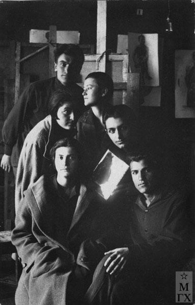 Ереванское худ. училище. 1928 г. Б. Колозян 1-й справа внизу