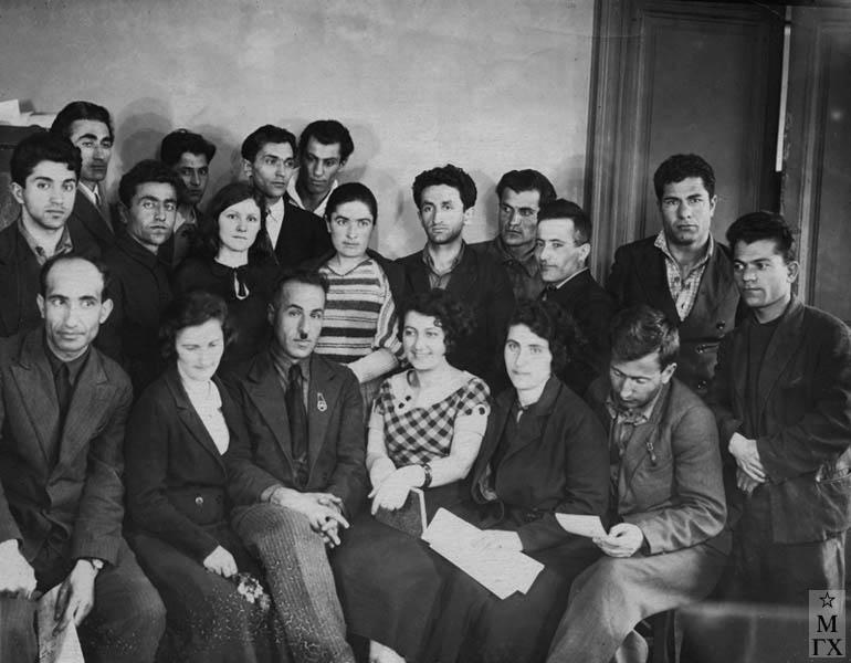 Ереванское Худ. Училище. 1934 г. Б. Колозян 4-й справа 2 ряд