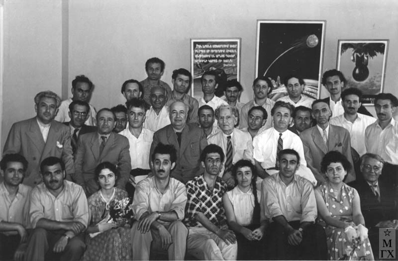 Ереванский Художественно-Театральный Институт. 1950-е гг. 4-й во 2-м ряду
