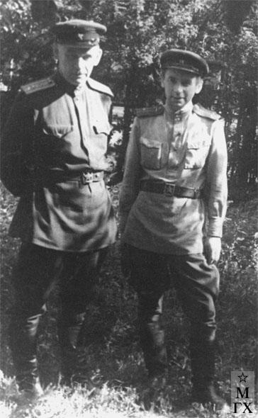 А.А. Коробов (справа) с братом Николаем. 1945.