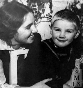 Раиса Коробова с сыном Вадиком Коробовым, 1937 г.