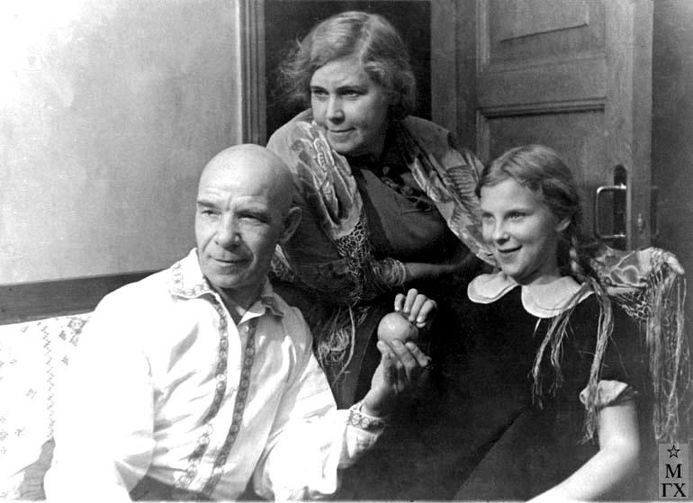 З.А. Кожевникова с супругом, художником Петром Ивановичем Котовым и дочерью Ирой. 1940 г.