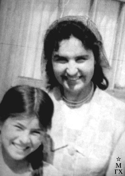 Т.М. Марченко с узбекской девочкой (в окрестностях Самарканда). Конец 1970-х.
