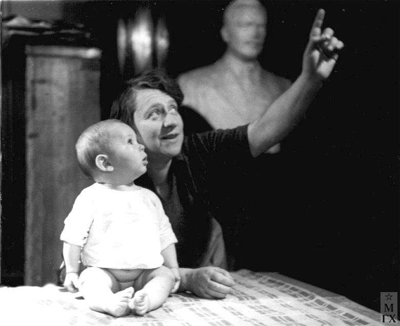 Н.И. Нисс-Гольдман с внуком Дениской. 1939.