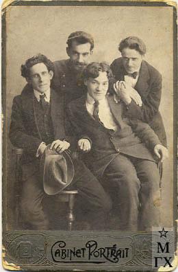 В.М. Мидлер, Н. Юхневич, А.М. Нюренберг, И.Е. Малик.  Начало 1920-х г. (Из архива семьи И.Е. Малика).