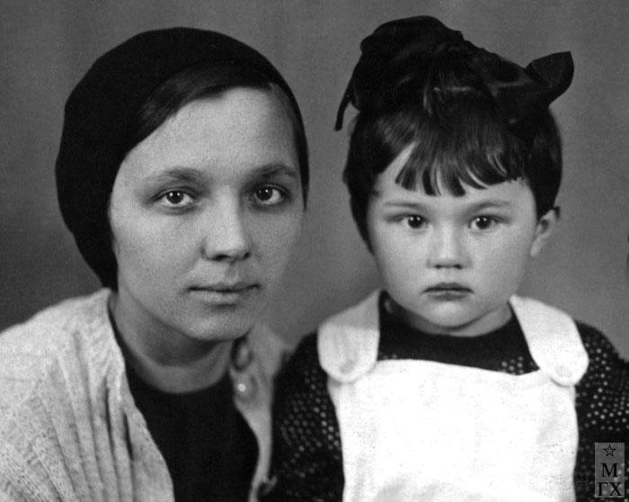 Вера Орехова с дочерью Мариной. 1930-е.