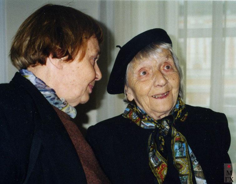 В.А. Орехова с дочерью М.В. Турецкой на выставке работ дочери в 2006 г.