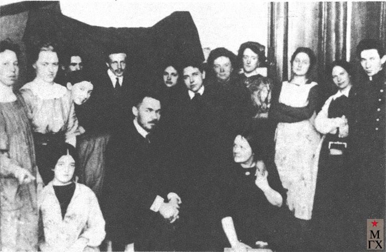 К. С. Петров-Водкин среди учеников школы Е. Н. Званцевой. Санкт-Петербург, 1913.