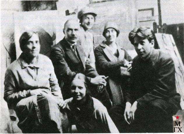 К. С. Петров-Водкин с учениками Государственных свободных мастерских. Петроград, начало 1920-х.