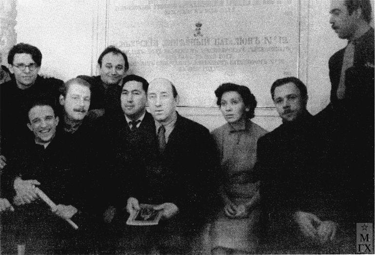 В Георгиевском зале Кремля, слева направо: С. Ткачев, А. Ткачев, В. Стожаров, В. Федоров, А. Каджиев, В. Почиталов, Т. Осипова, А. Суханов, Г. Коржев. 1960-е гг.