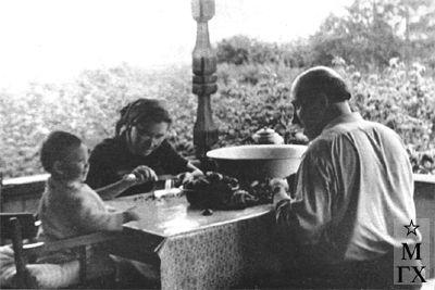 В. В. Почиталов с дочерью Людмилой Васильевной и внучкой Наташей. 1958 г.