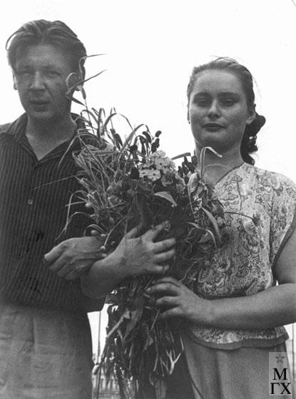 Радоман И. В. С женой Розитой на крыше архитектурного института во время росписи панно для Лейпцигской ярмарки. 1952.