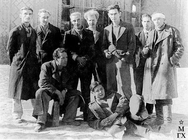 Верхний ряд (слева направо): Долгополов, Шеберстов, Лазарев, Никич, Пономарев, Жнакин (Жилкин), Даниличев. <br> Внизу: директор КПМ  Валентин Поляков и И. Радоман. 1943 (?).