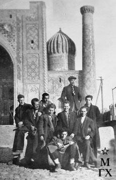 В Регистане (Самарканд). Впереди Цигаль, второй ряд (слева направо): Цыплаков, Руднев, Боков, Сысоев, Радоман; третий ряд: Плотнов, Опрышко, Лазарев. 1943 г.