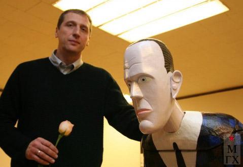 Н.Е. Ватагин на выставке. 2005.